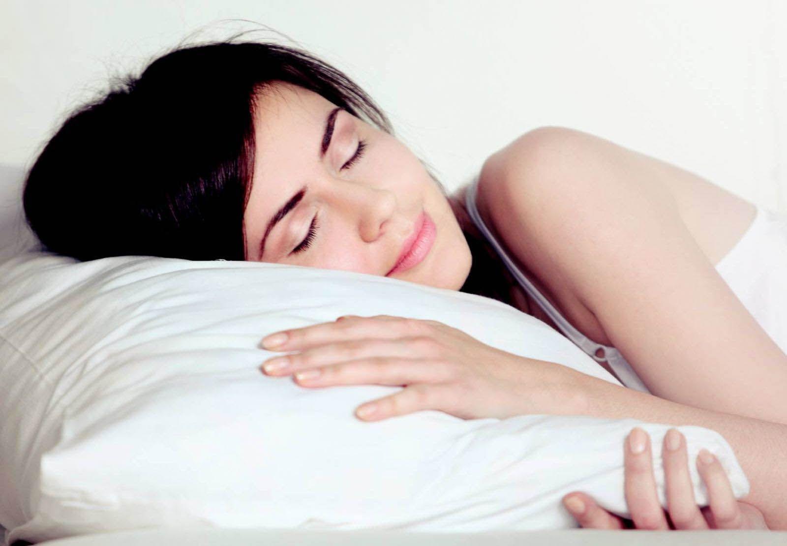 Kê cao đầu bằng gối mềm để làm giảm áp lực cho mắt bị tăng nhãn áp khi nằm